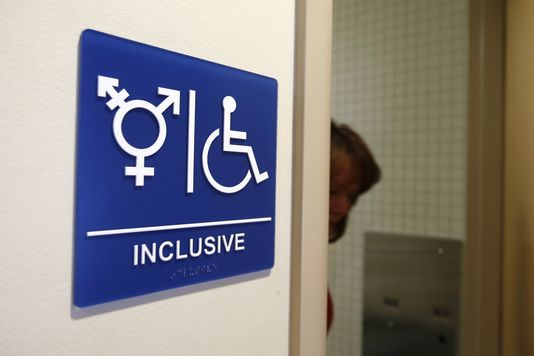 Des toilettes de genre neutre à l'University de California, Irvine, en California. Photo LUCY NICHOLSON / REUTERS